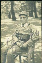 Vojak na zidli v parku