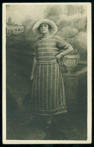 Pani v klobouku   antikvariat - detail pohlednice