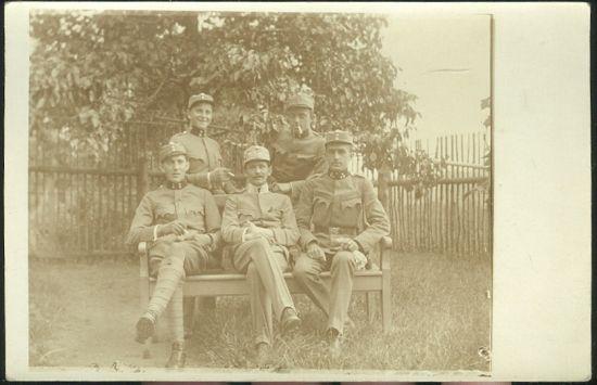 Skupina vojaku na zahrade   antikvariat - detail pohlednice