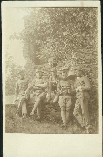Skupina vojaku na zahrade | antikvariat - detail pohlednice